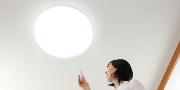 LEDライトを付ける女性