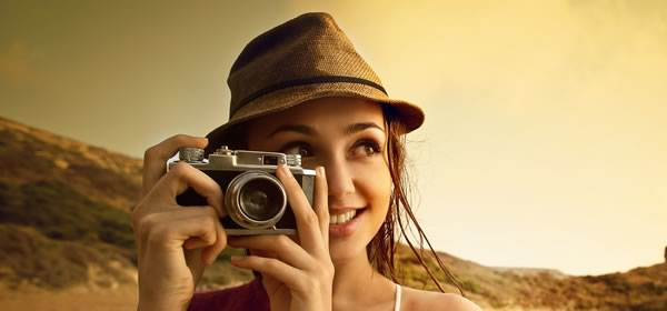 カメラを手に持つ女性